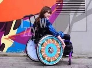 """她画出轮椅上的""""维密秀"""",1450万残疾人重获新生"""