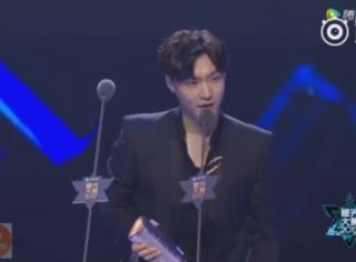 张艺兴喜获年度专辑荣誉,现场亲吻舞台跪谢粉丝
