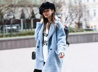 大衣搭卫衣,怕冷的明星都这么穿