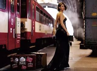 在那个年代,穿上最好的大衣,提上最贵的箱子,才敢去坐火车
