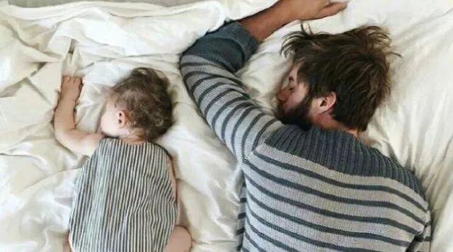 爸爸和女儿在一起的画面,是最温暖的家的样子~