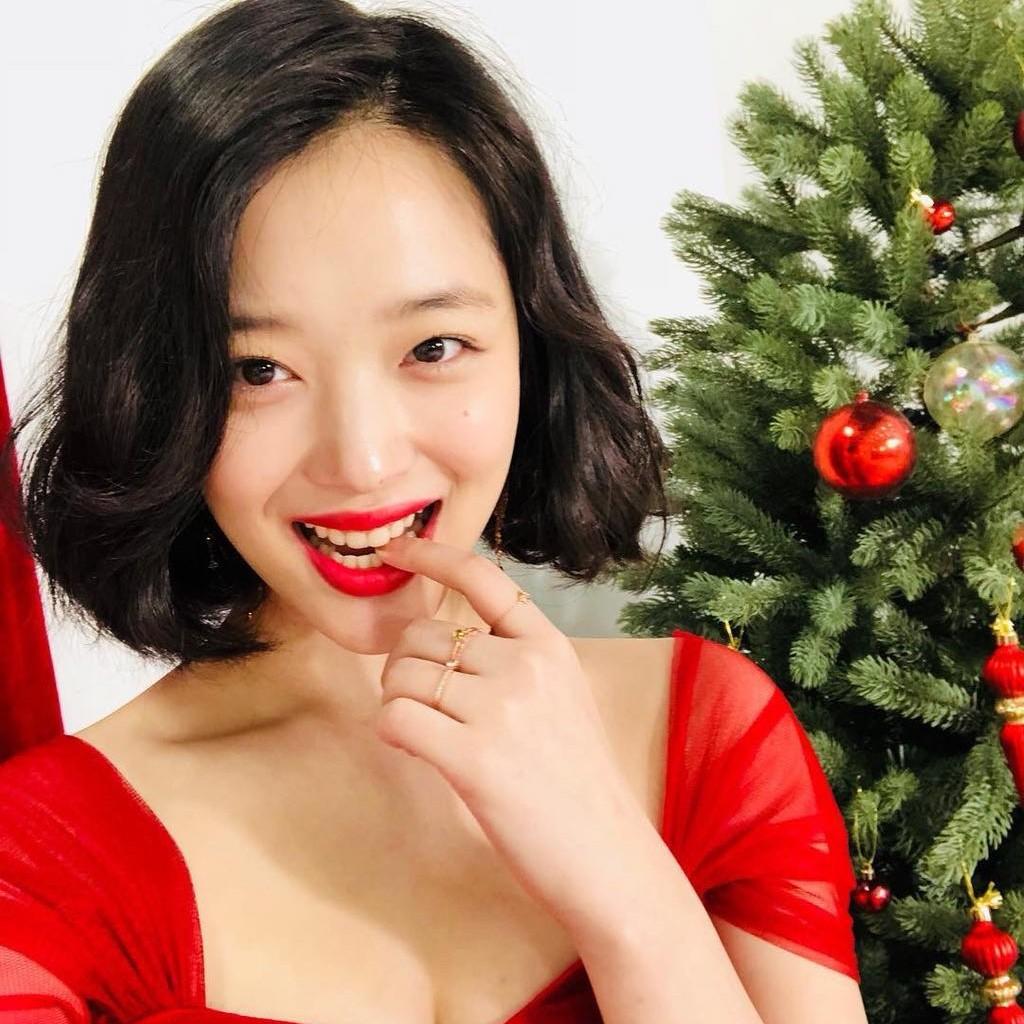 崔雪莉圣诞妆容简单又美艳,圣诞想脱单还得靠这个肤白红唇妆