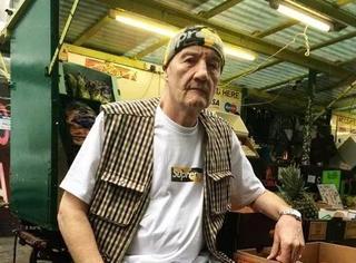 全腐国最潮的街头时尚达人,竟然是57岁的卖水果大爷