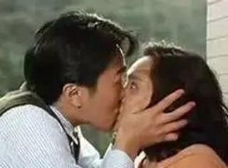"""""""我有你的吻照,看不?"""""""
