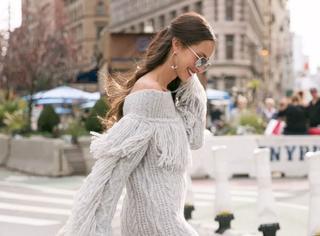 周冬雨身上这件超级火爆的流苏毛衣,怎么搭才最好看?