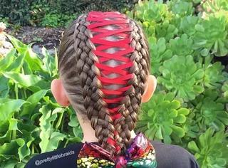 有一个很会编头发的妈妈是什么体验?能在女儿头上玩出朵花!
