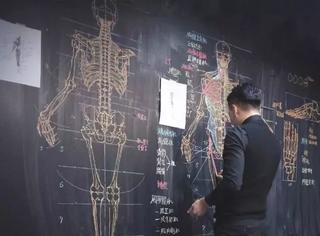这位老师徒手画人体太牛了,人长得也帅!迷倒一片90后学生