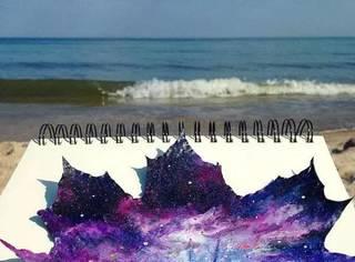 在落叶上作画的少女艺术家