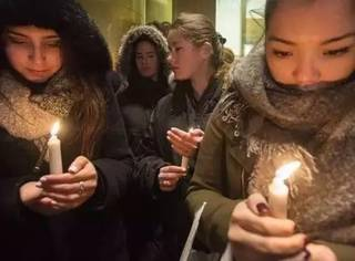 那一夜巴黎恐怖袭击后,街头出现暖心画面