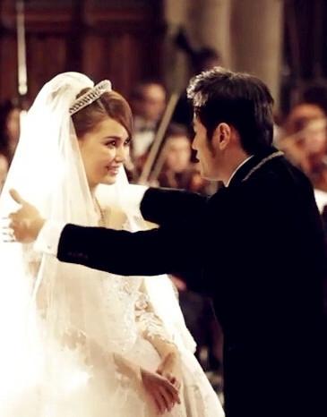 当他们第一次看见另一半穿着婚纱…
