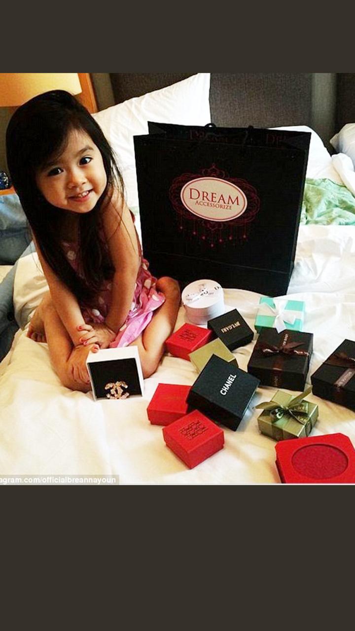 她只有5岁却有百万粉丝开豪车背毫包 只是因为太萌了