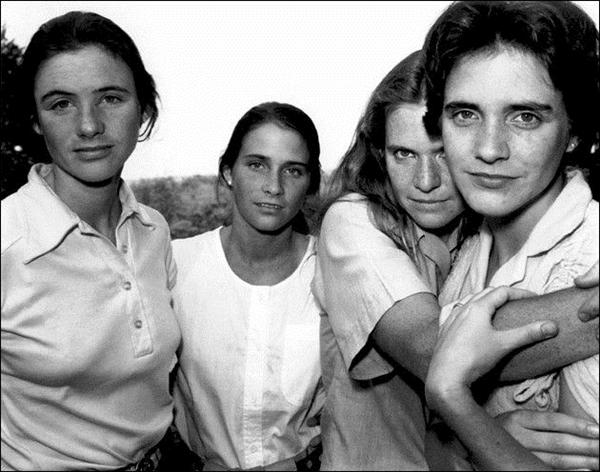 这四姐妹每5年合一张影 拍了40年…