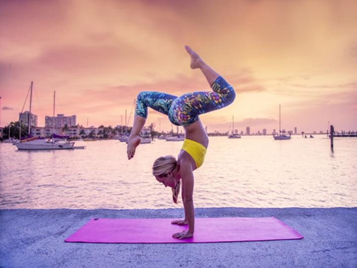 她37岁,有60万粉丝,现在她一边旅行一边瑜伽...
