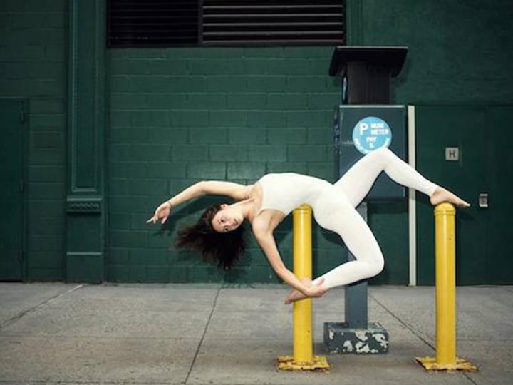 地铁站里也能练瑜伽?对她而言都不是事!