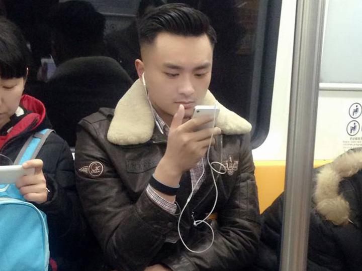 为了PK伦敦地铁帅哥 我们冒死偷拍了北京地铁帅哥
