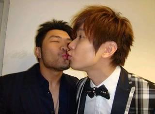 25个史上最令人捧腹喷饭的男男之吻