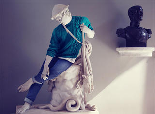 不仅冰冰被截了胸 就连雕塑都穿衣服了