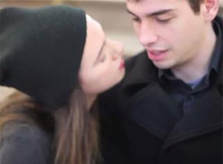 一个纽约女孩亲吻陌生人 路人的反应是...