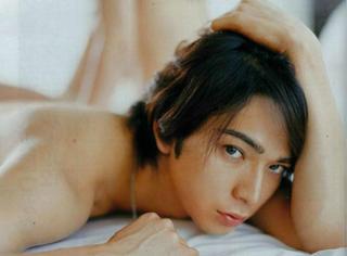 这本羞羞的杂志把日本男明星的衣服都扒光了