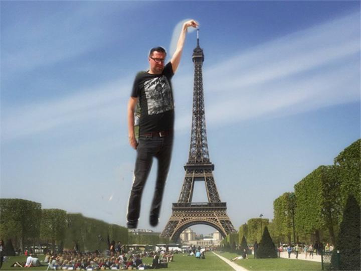 这男的想摸一下巴黎铁塔的塔尖,然后网友各种PS...