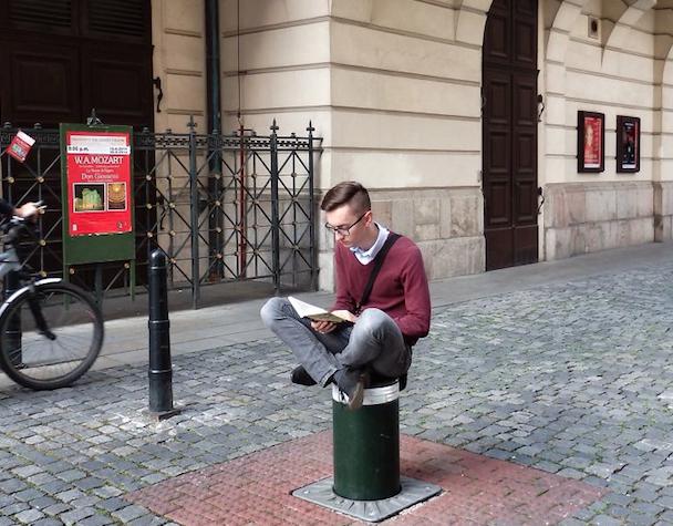 如果要选一个全世界最爱读书的人 这个21岁的男孩赢定了