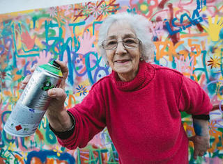 他们65岁不去跳广场舞 而是走上街头去玩儿涂鸦